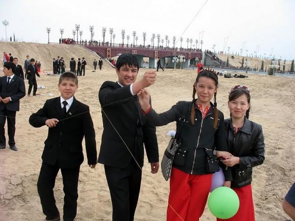 Türkmen gençleri uçurtma uçuruyor.