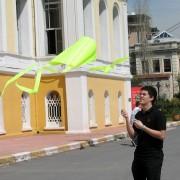 Parasled uçurtma uçuran bir öğrenci